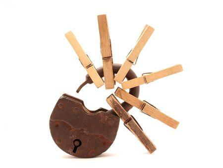 spiraglio: La vecchia serratura e clothespins su sfondo bianco