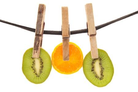frutas secas: Clothespin, cuerda y fruta en un fondo blanco Foto de archivo
