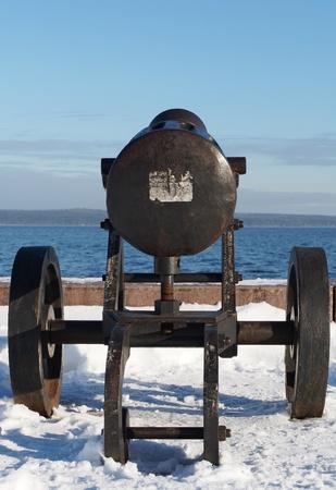 artillery shell: Gun en el muelle de Onega en Petrozavodsk, Rusia