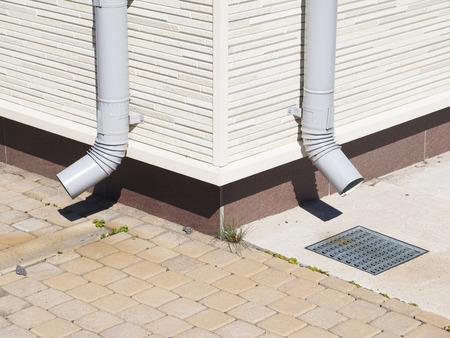 eau de pluie: rainwater pipe in the house Banque d'images