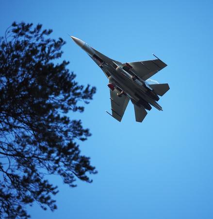 avion de chasse: Avion de combat dans le ciel