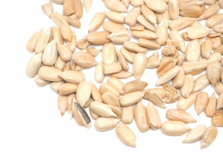 semillas de girasol: Semillas de girasol peladas en un fondo blanco