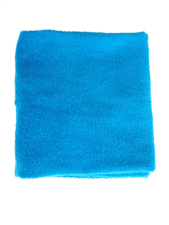 una toalla azul sobre un fondo blanco