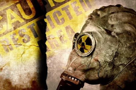 gasmask: L'uomo in maschera antigas sul muro crepato, industriale grunge