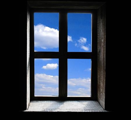 ventana abierta interior: Ventana sobre fondo negro