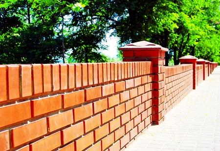 paredes de ladrillos: Valla de ladrillo rojo Foto de archivo