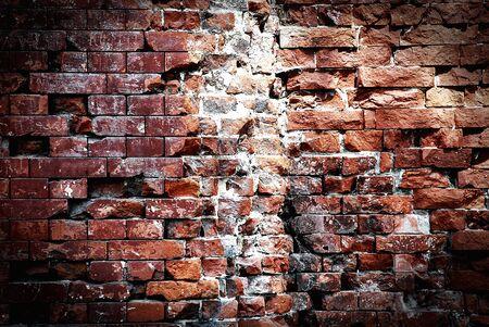 pared rota: Muro de ladrillo destruido, fondo grunge Foto de archivo