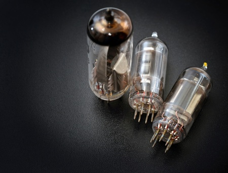transistor: Tubos viejos de radio sobre fondo negro