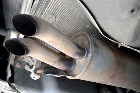 oxidado: El tubo de escape de coches Foto de archivo