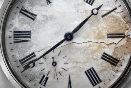 old macro: Antiguo reloj de bolsillo con las grietas de cerca
