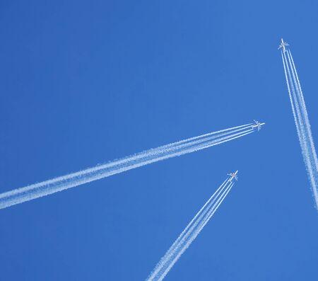 jet stream: Corriente en chorro, claro cielo azul Foto de archivo