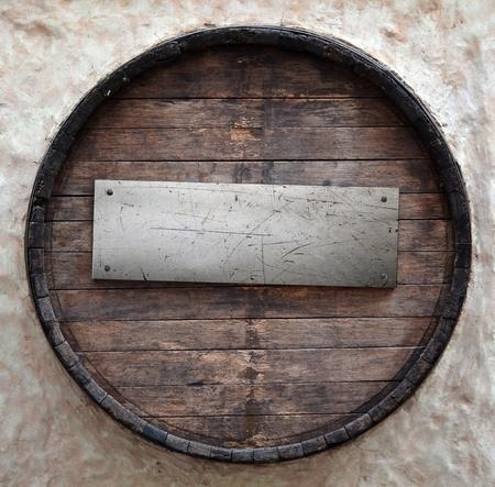trompo de madera: Barril de cerveza vieja con placa de metal Foto de archivo
