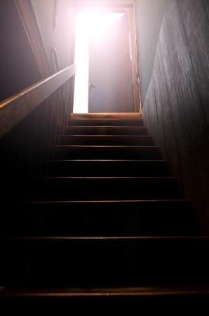 puerta abierta: Escalera y la luz del sol