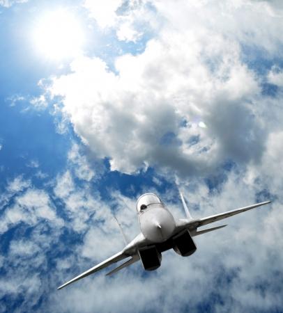 avion de chasse: Chasseur à réaction dans le ciel