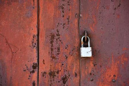 puerta de metal: Puerta de metal obsoleto y candado Foto de archivo