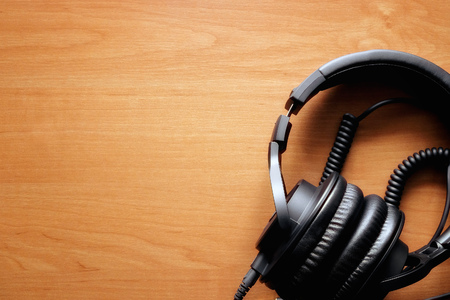 listening to music: Fondo de la m�sica, los auriculares