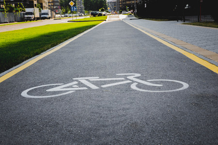 half wet after the rain asphalt road for cyclists Banque d'images