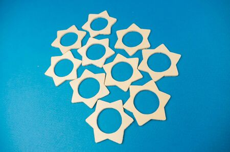 a bunch of wooden stars scattered in a chaotic manner on a blue background.