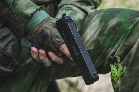Pistolet noir vert sur fond blanc.