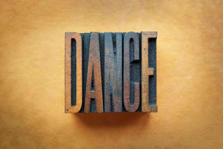 Het woord DANCE geschreven in vintage boekdruk type. Stockfoto