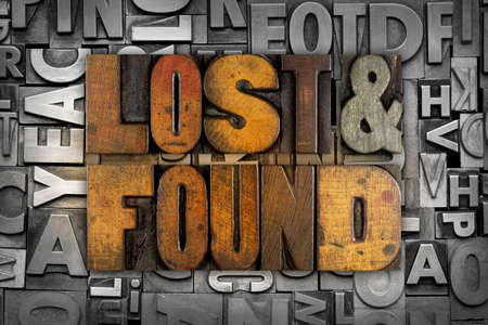 De woorden Lost & Found geschreven in vintage boekdruk type Stockfoto