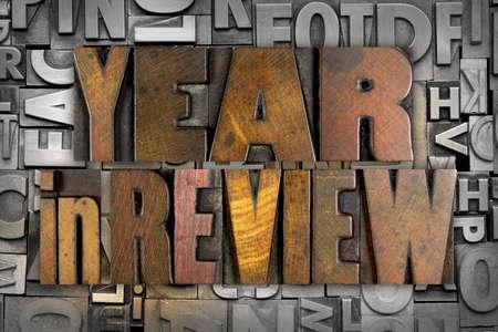 빈티지 활자 형식으로 작성된 리뷰 단어 YEAR