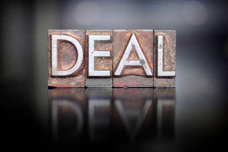 Het woord DEAL geschreven in vintage lood letterzetseltype Stockfoto