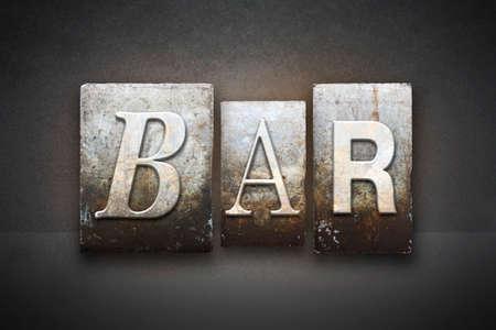 Het woord BAR geschreven in vintage boekdruk type Stockfoto