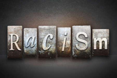 racisme: Het woord RACISME geschreven in vintage boekdruk type Stockfoto