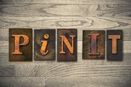 PIN IT木製活版型で書かれた言葉。