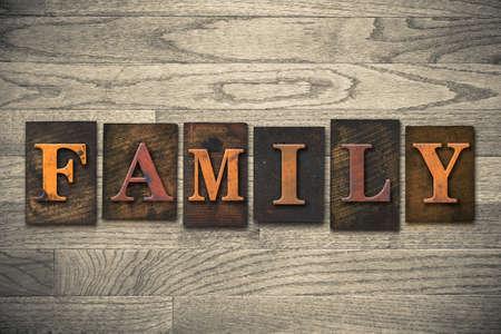 """Het woord """"familie"""" geschreven in houten boekdruk type. Stockfoto"""
