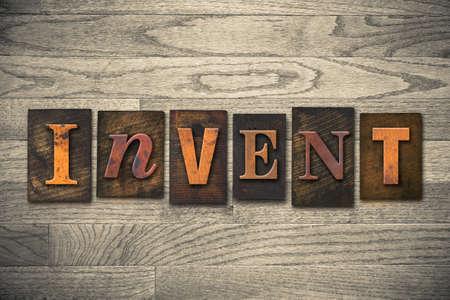 """Het woord """"invent"""" geschreven in houten boekdruk type."""
