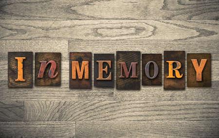 ビンテージ木製活版型で書かれた「のメモリ」の言葉。