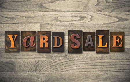 """De woorden """"de GARAGE SALE"""" geschreven in vintage houten boekdruk type."""