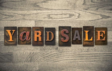 """Die Wörter """"YARD SALE"""" in Vintage Holz Buchdruck-Typ geschrieben."""