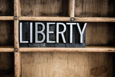 d�livrance: Le mot �libert� �crit en caract�res typographique m�tallique vintage dans un tiroir en bois avec s�parateurs.