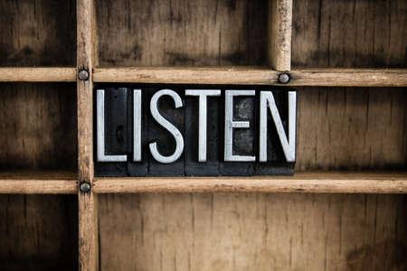 """listening to music: La palabra """"ESCUCHAR"""" escrito en cosecha de metal tipo de tipograf�a en un caj�n de madera con separadores."""