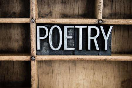 """estrofa: La palabra """"POES�A"""" escrito en cosecha de metal tipo de tipograf�a en un caj�n de madera con separadores."""