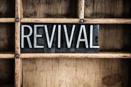 """Das Wort """"REVIVAL"""" im Vintage-Metall-Buch-Typ in einem hölzernen Schublade mit Trennwänden geschrieben. Standard-Bild"""