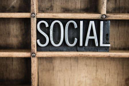 """La palabra """"social"""" escrito en cosecha de metal tipo de tipografía en un cajón de madera con separadores."""