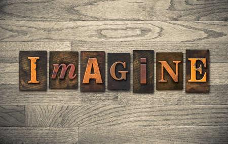 """imaginacion: La palabra """"IMAGINE"""" tema escrito en la vendimia, tinta de colores, el tipo de tipografía de madera sobre un fondo de madera de grano. Foto de archivo"""