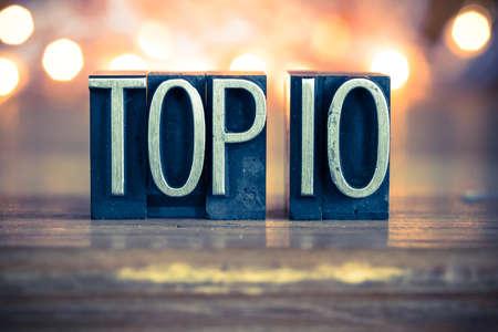 La palabra TOP 10 escrito en el tipo de cosecha de metal de tipografía sobre un fondo retroiluminada suave. Foto de archivo - 41854723