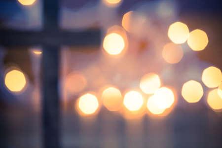Eine hölzerne christliche Kreuz mit einem weichen Bokeh Lichter Hintergrund. Lizenzfreie Bilder