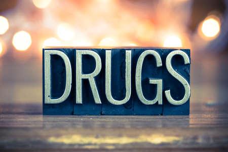 drogadiccion: La palabra DROGAS escritos en metal de la vendimia el tipo de tipograf�a sobre un fondo retroiluminada suave.