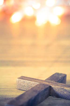 jezus: Drewniany Krzyż z miękkiego światła bokeh tle.