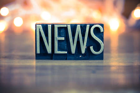 reportero: La palabra NOTICIAS escrito en el tipo de cosecha de metal de tipografía sobre un fondo retroiluminada suave. Foto de archivo