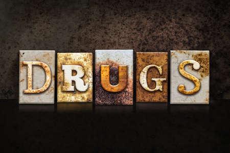"""letras negras: La palabra """"drogas"""" escritas en el tipo de tipografía de metal oxidado en un fondo oscuro con textura grunge."""