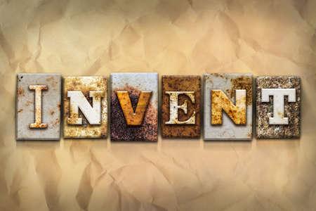 """Het woord """"INVENT"""" geschreven in roestig metaal letterzetseltype op een afgebrokkeld oud papier achtergrond."""