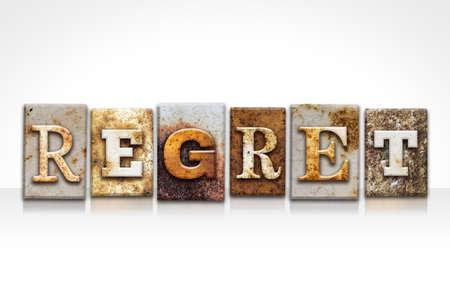 単語「後悔」は、白い背景で隔離のさびた金属活版型で書かれました。