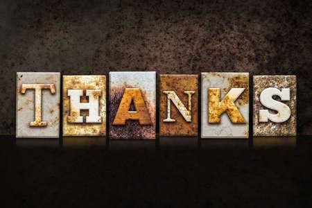 """agradecimiento: La palabra """"gracias"""" escrita en el tipo de tipografía de metal oxidado en un oscuro con textura de fondo grunge."""